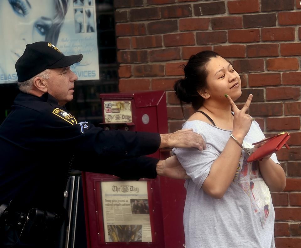 Nữ nhân viên tiệm nail ở Connecticut ra tòa vì cầm bút bi đâm vào mặt đồng nghiệp