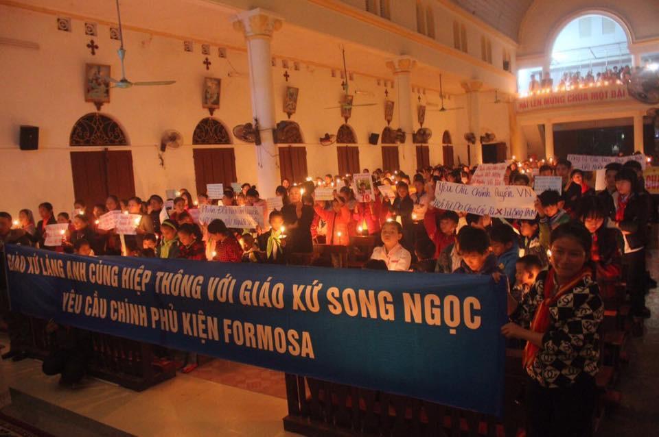 Giáo xứ Làng Anh thắp nến cầu nguyện cho các tù nhân lương tâm và giáo xứ Song Ngọc