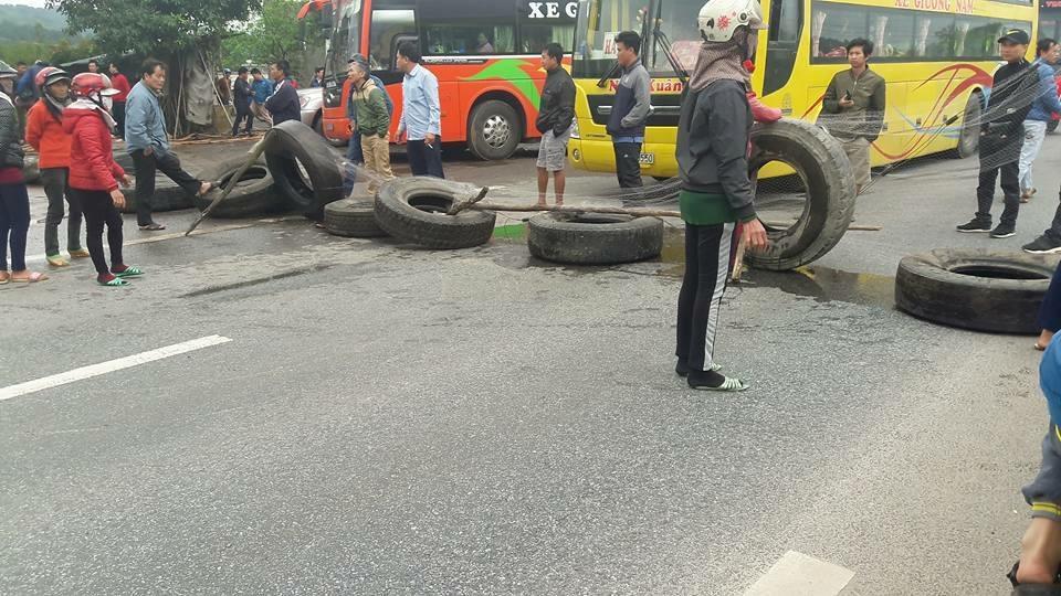 Dân Quảng Bình tiếp tục chặn quốc lộ 1A yêu cầu đền bù thiệt hại do Formosa gây ra