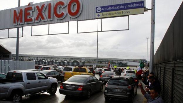 Một di dân Mexico bị trục xuất lao xuống cầu biên giới tự sát