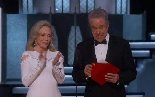 """Sự lầm lẫn """" để đời"""" của giải Oscar: Giải Phim Hay Nhất 2017 bị trao lầm cho La La Land"""