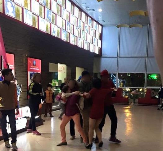 Lại chuyện bạo lực đầu năm: chồng cùng gia đình đánh đập, giật con nhỏ từ tay người vợ tại rạp chiếu phim Hà Nội