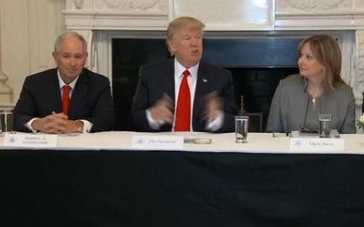 Trump họp với các tổng giám đốc các công ty Mỹ trong bầu không khí căng thẳng
