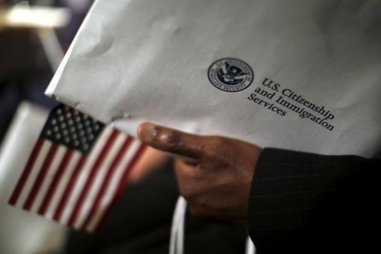 Người cầm thẻ xanh hối hả xin nhập quốc tịch Mỹ