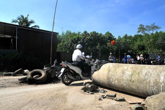 Người dân dùng ống cống chặn đường xe ben gây ô nhiễm