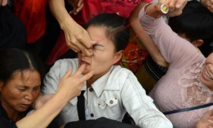 Hỗn loạn cảnh giành giật lộc tại chùa Hương đầu năm Đinh Dậu