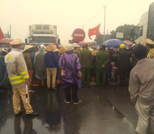 Hơn 1,000 bà con ngư dân Quảng Bình chặn đường quốc lộ 1A biểu tình
