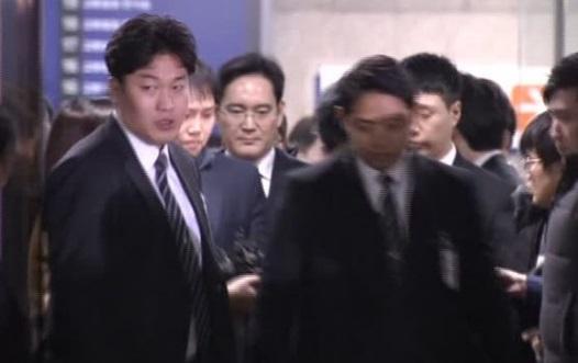 Lãnh đạo Samsung Group điều trần trước toà, có thể bị bắt để điều tra