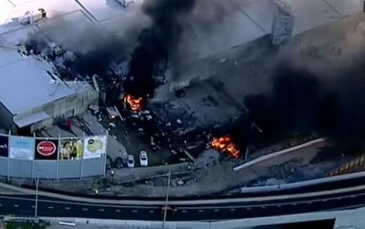 Phi cơ đâm xuống mái khu mua sắm Melbourne: 5 người chết