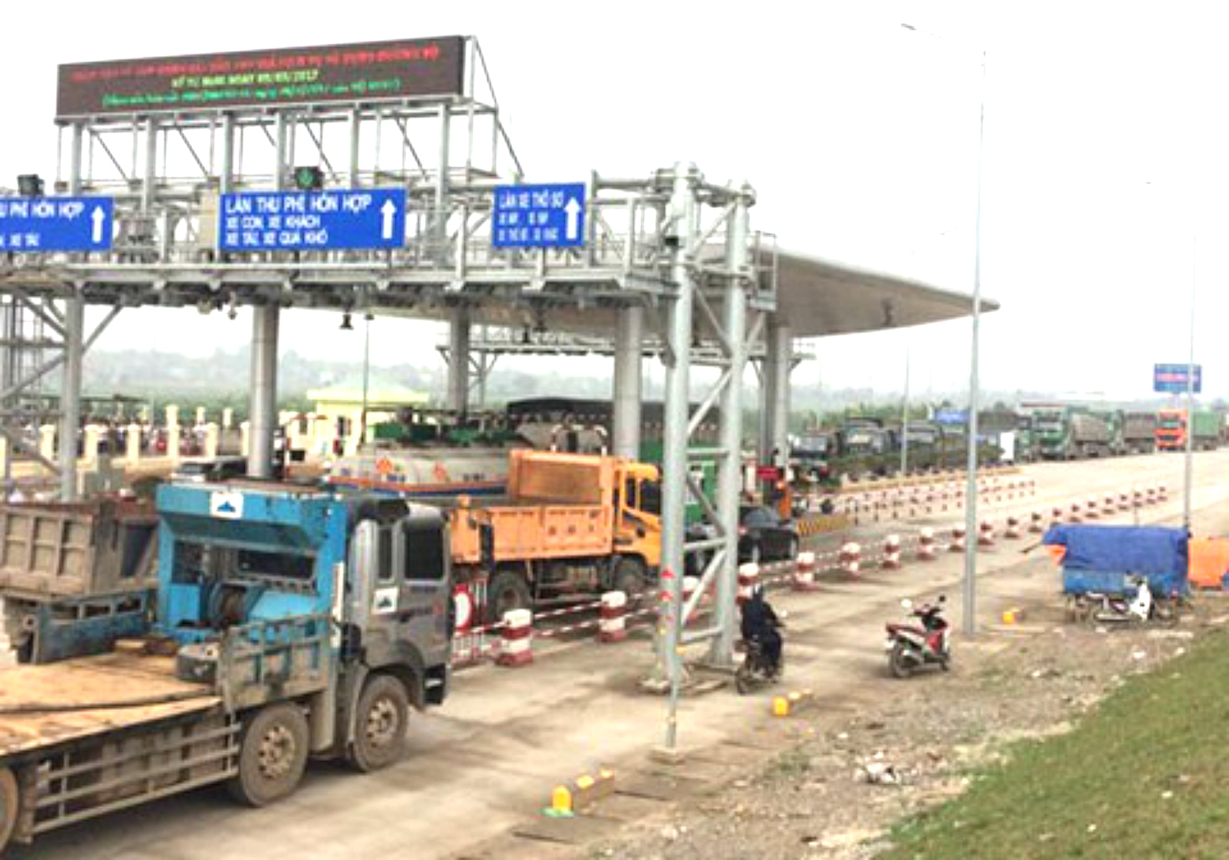 Dân chặng đường quốc lộ vì không đi mà vẫn phải nộp phí