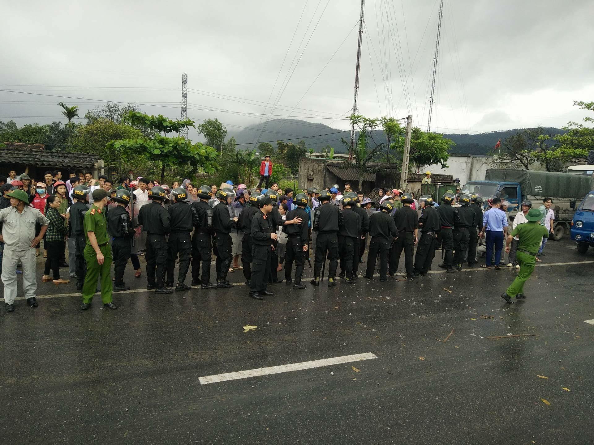 Người dân Kỳ Nam, Hà Tĩnh chặn quốc lộ biểu tình Formosa, bị công an đàn áp thẳng tay
