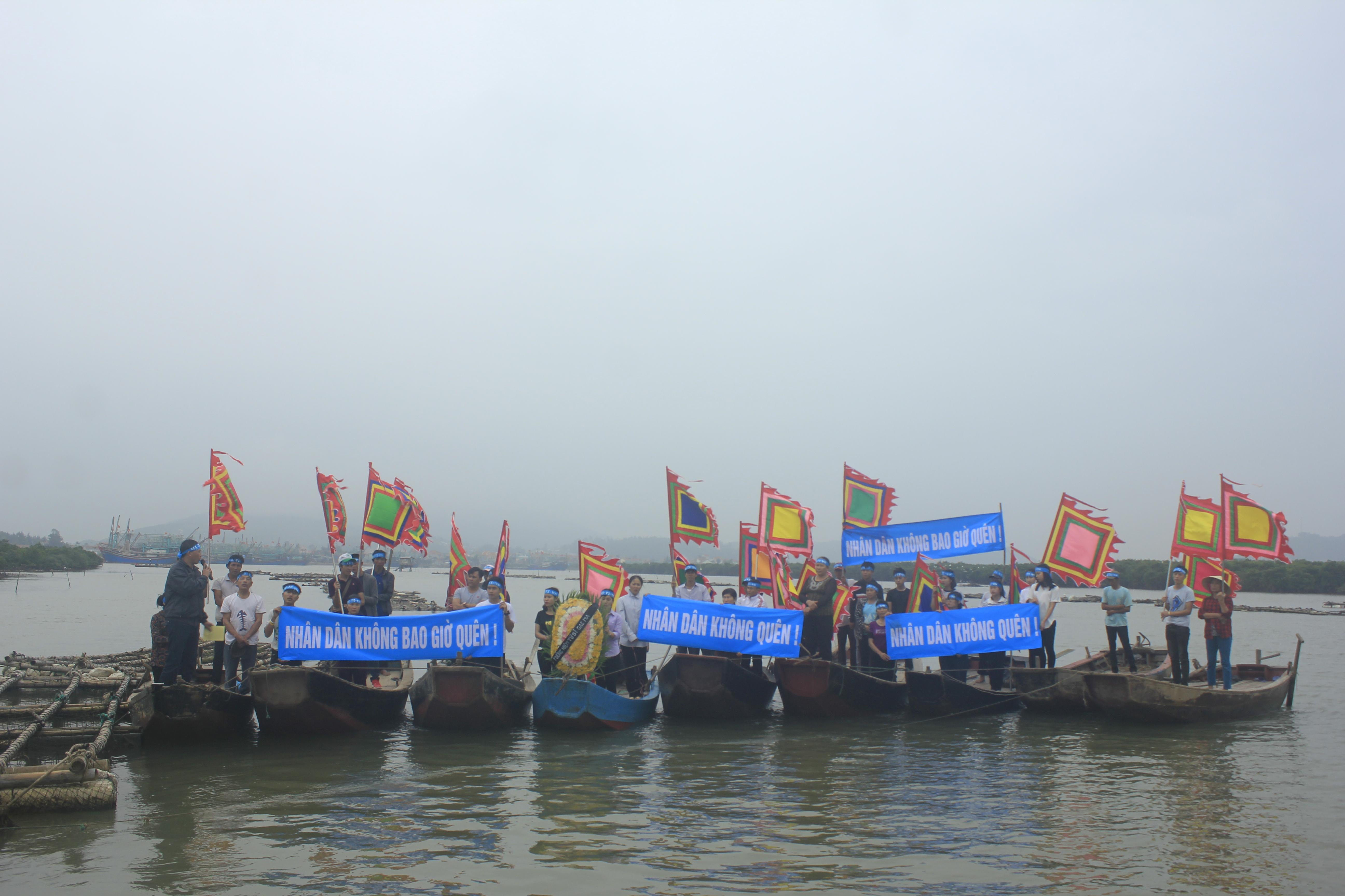 Tưởng niệm 64 tử sĩ Gạc Ma trên thuyền ở Nghệ An
