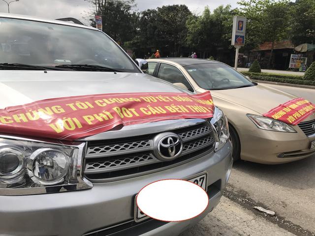 Người dân Hà Tĩnh tiếp tục đậu xe chặn cầu phản đối lộ phí quá cao