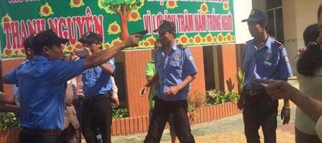Nhân viên tòa án cầm súng vào trường còng tay hiệu trưởng, dọa bắn giáo viên