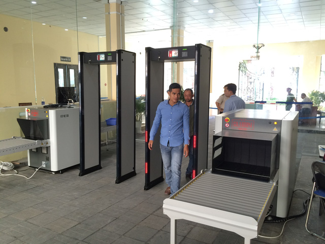 Trụ sở chính quyền thành phố ở Sài Gòn bắt đầu sử dụng cổng từ và máy soi