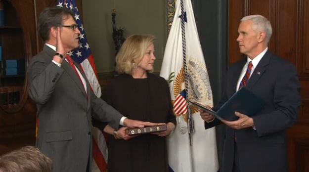 Rick Perry tuyên thệ nhậm chức Bộ Trưởng Bộ Năng Lượng