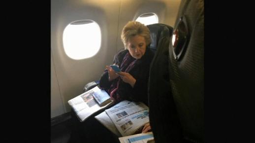Tấm hình bà Hillary Clinton đọc bài viết về Phó Tổng Thống Mike Pence gây sốt trên mạng
