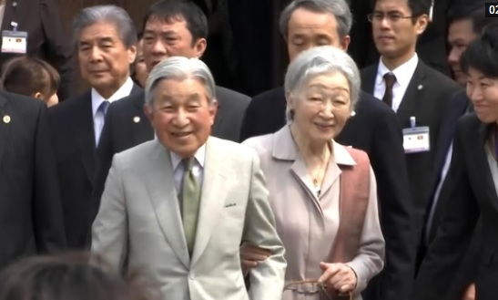 Nhật Hoàng và Hoàng Hậu gặp vợ con các binh sĩ Nhật thời Đệ Nhị Thế Chiến