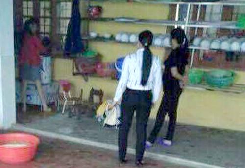 Hiệu trưởng cùng hai giáo viên mầm non ở Lào Cai dốc đầu bé 5 tuổi vào máy vặt lông gà