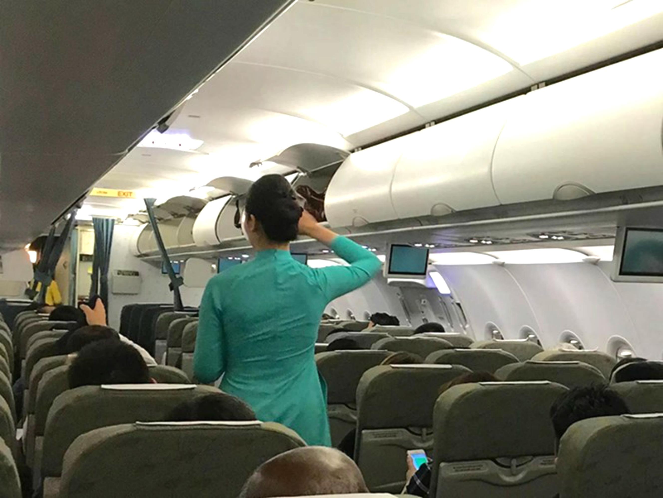Hành khách Trung Cộng lại ăn cắp tiền trên máy bay