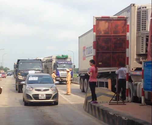 Hàng chục xe ben treo biểu ngữ phản đối trạm thu phí cầu Rác ở Hà Tĩnh