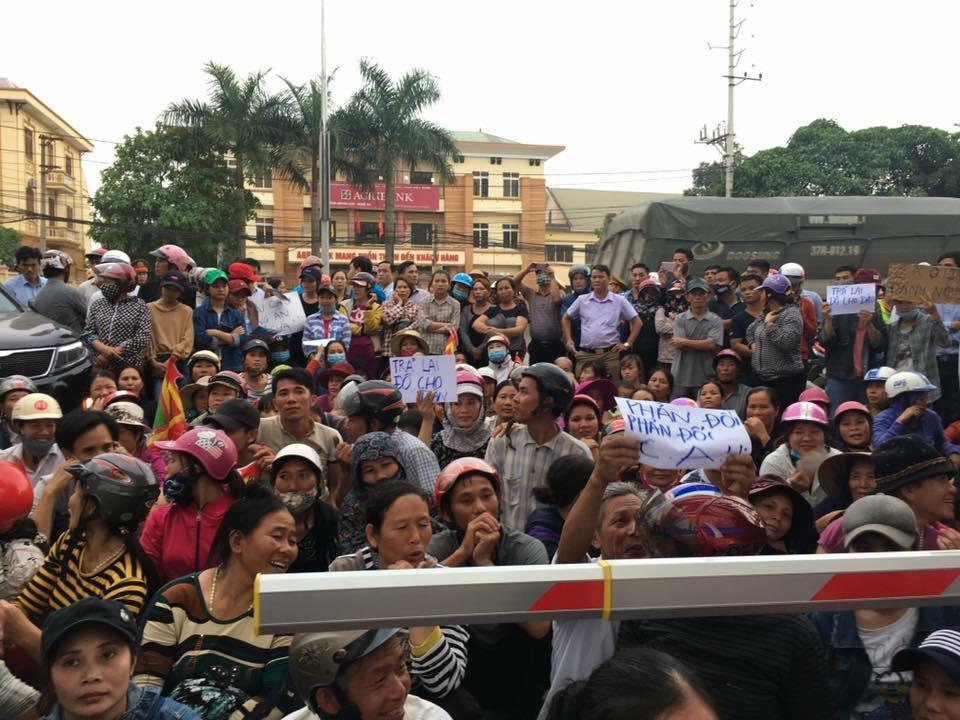 """Hơn 1,000 người dân Quỳnh Lưu biểu tình trước trụ sở công an huyện đòi lại áo """"No Formosa"""""""