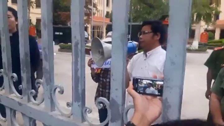 """Công an huyện Quỳnh Lưu đã phải nhượng bộ giáo dân, trả lại 200 áo thun """"No Formosa"""""""
