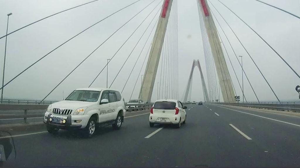 Xe biển xanh của công an ngang nhiên lao ngược chiều trên cầu Nhật Tân