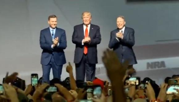 Tổng thống Trump cam kết bảo vệ quyền mang súng của người Mỹ