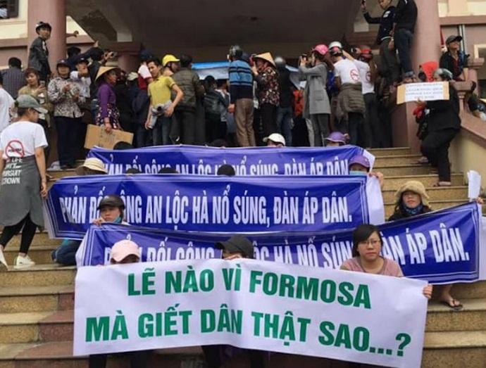 Giáo dân cùng lương dân huyện Lộc Hà chiếm ủy ban huyện, đòi xét xử công an chém dân