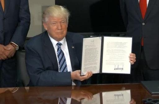 Tổng thống Trump ra lệnh xem lại các quy định thuế thời Obama