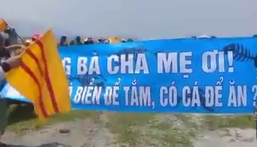 Cờ vàng bất ngờ xuất hiện trong cuộc biểu tình phản đối Formosa tại Hà Tĩnh