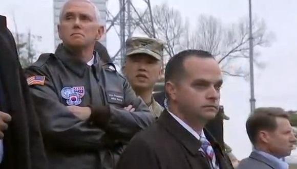 Phó Tổng Thống Pence đến thăm khu phi quân sự, họp báo với tổng thống Nam Hàn