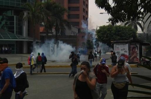 Người biểu tình chống tổng thống Venezula đụng độ với cảnh sát