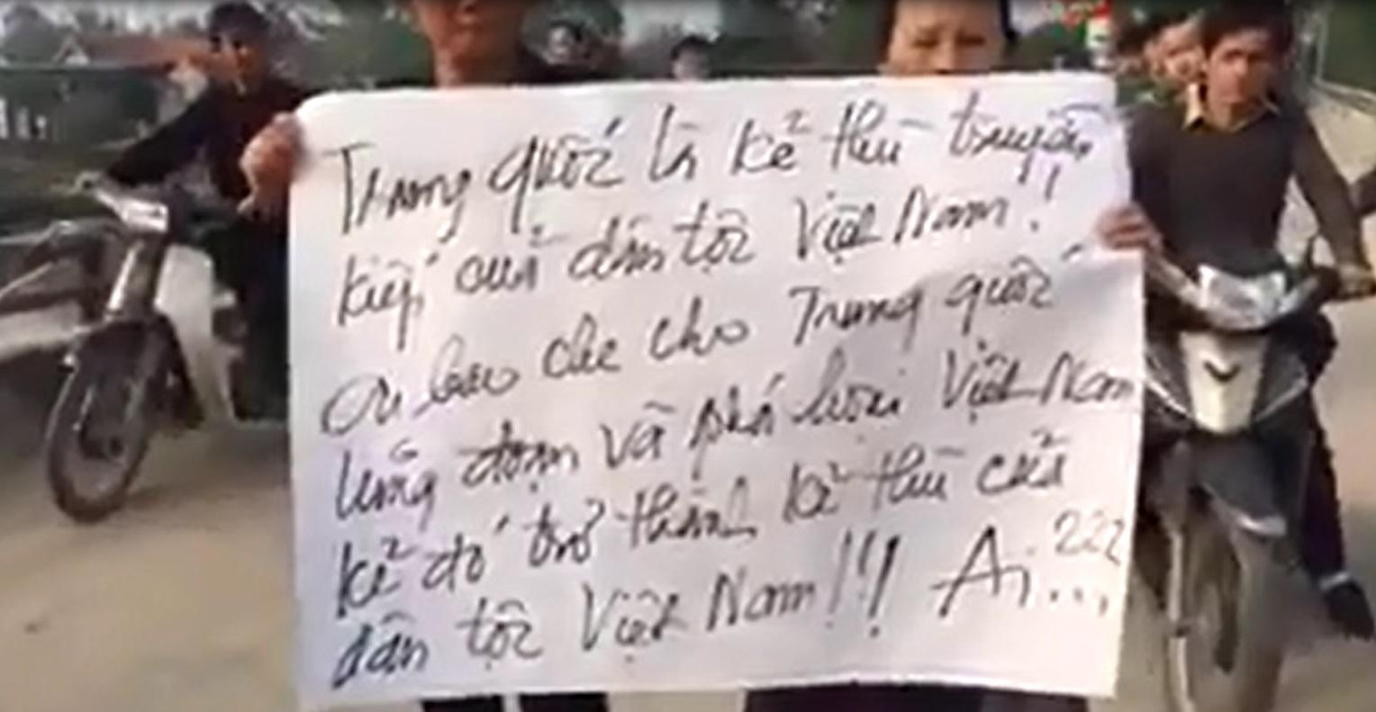 Hơn 1,000 người dân xứ Song Ngọc tuần hành biểu tình phản đối đài truyền hình VTV và NTV vu khống linh mục