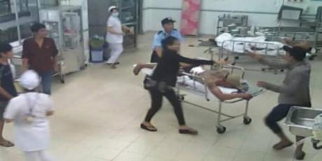 Bạo lực tràn lan từ ngoài xã hội vào tới bệnh viện ở Việt Nam