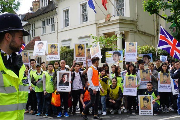Thanh niên gốc Việt biểu tình cùng Ân Xá Quốc Tế trước tòa đại sứ CSVN tại Luân Đôn