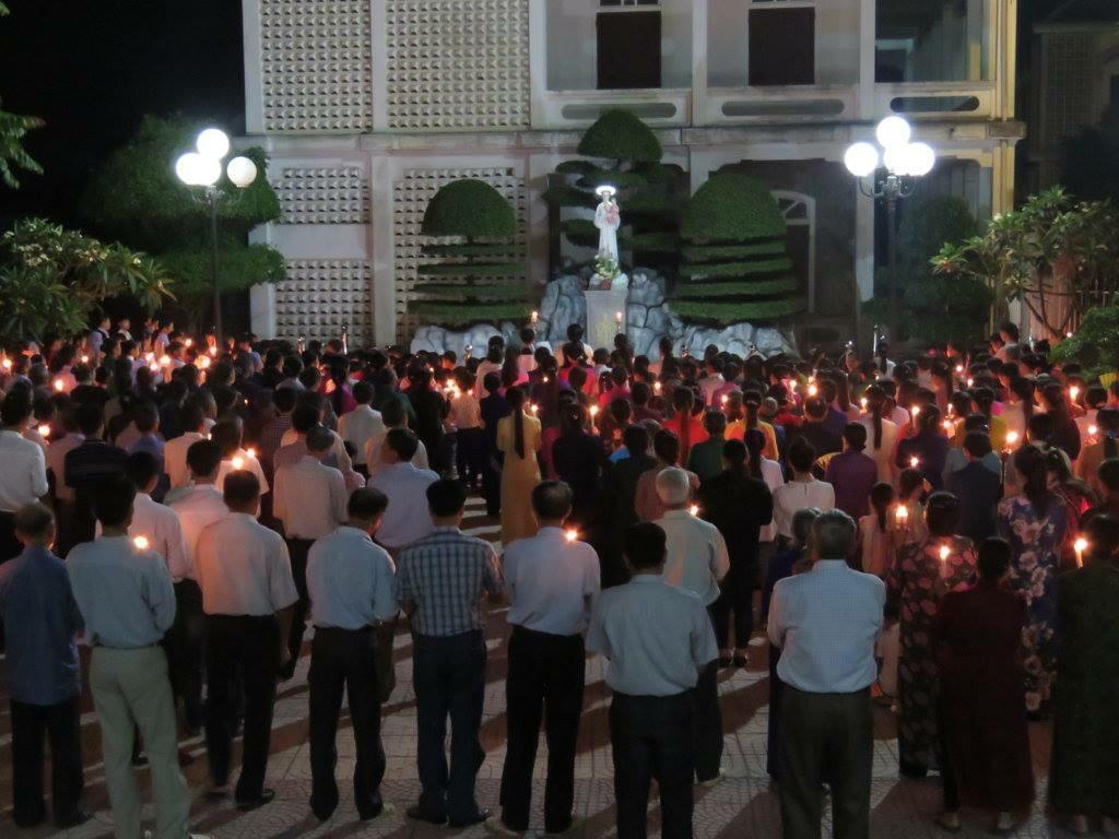 Giáo xứ Thuận Nghĩa thắp nến cầu nguyện cho hai linh mục bị nhà cầm quyền Nghệ An đấu tố