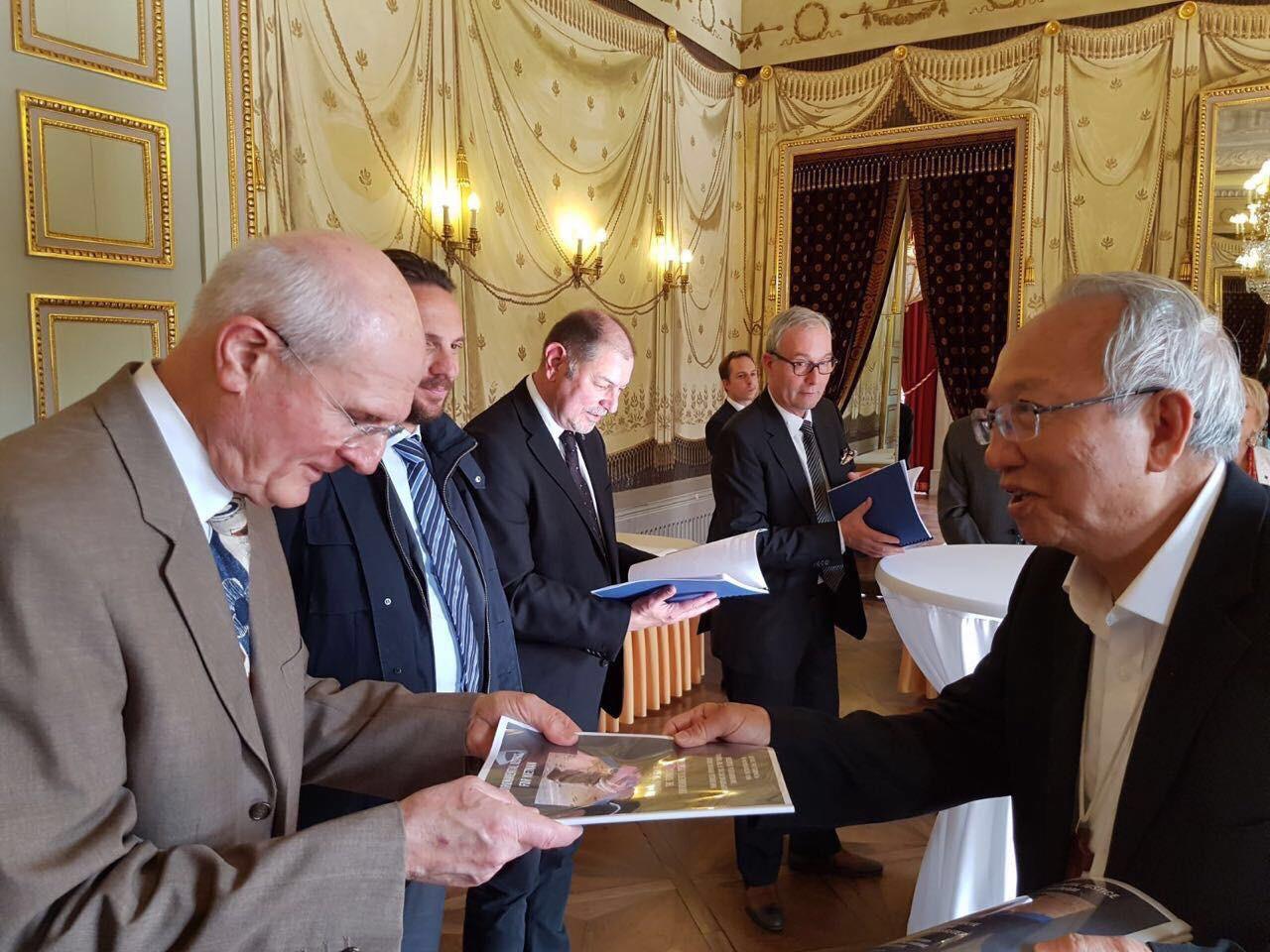 Phái đoàn Giáo Phận Vinh đến Châu Âu trao Thỉnh nguyện thư về thảm hoạ Formosa