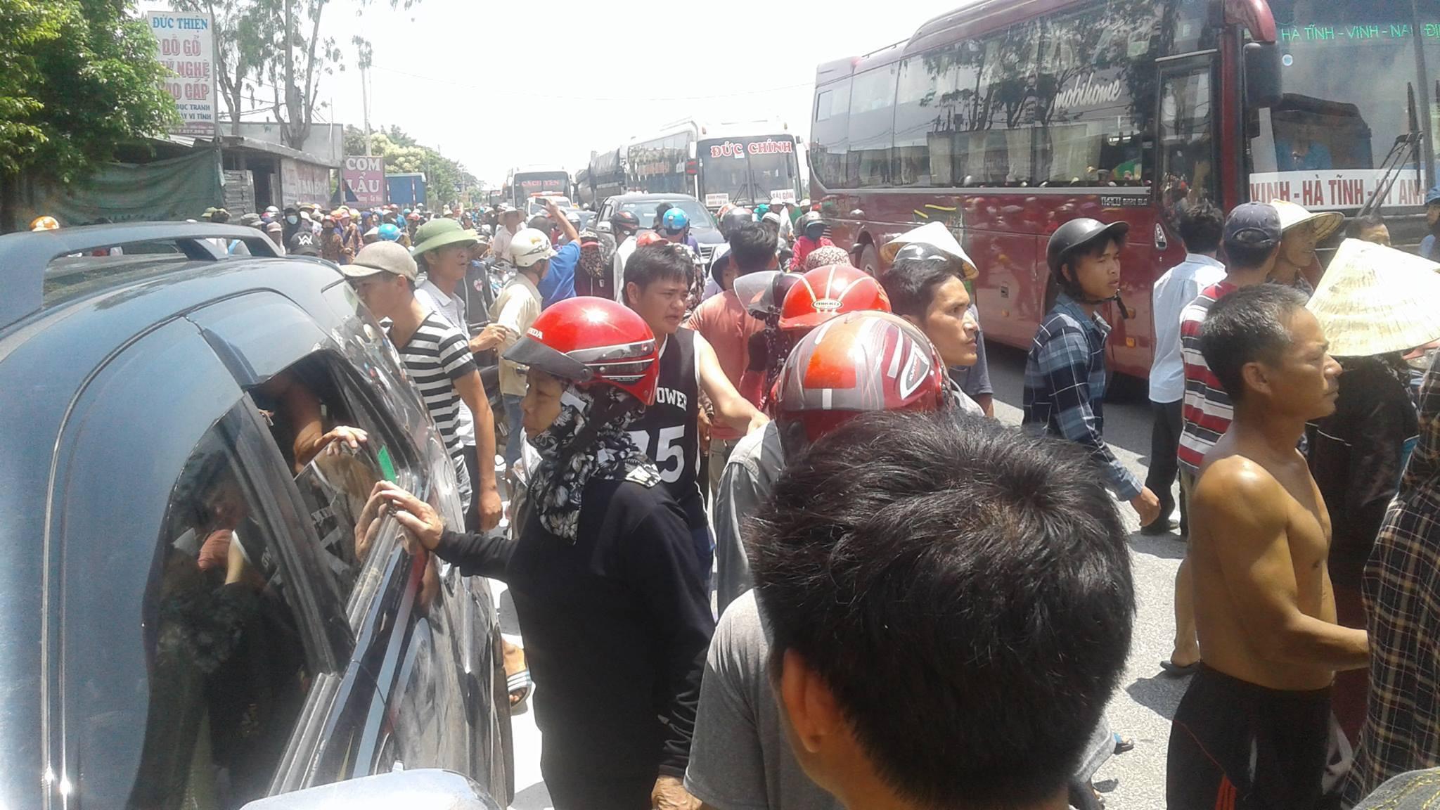 Công an bắt nhà hoạt động Hoàng Bình, hàng ngàn Giáo dân Nghệ An chặn quốc lộ 1A phản đối
