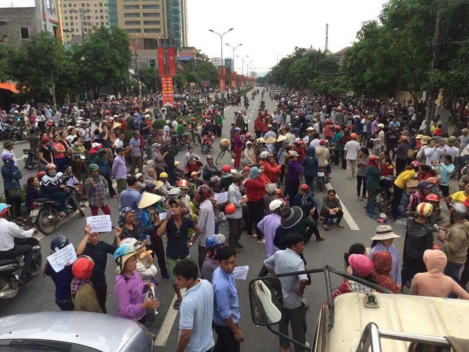 Linh Mục Nguyễn Đình Thục cùng  10,000 người dân biểu tình đòi công an Nghệ An thả Hoàng Bình