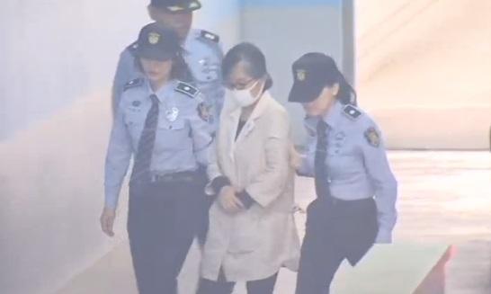 Cựu tổng thống Nam Hàn xuất hiện tại toà án với hai tay bị còng