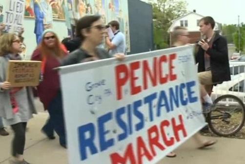 Người biểu tình xuống đường khi phó tổng thống Mike Pence phát biểu tại lễ tốt nghiệp