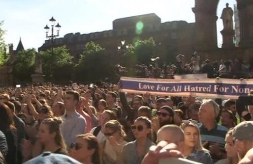 6,000 người thắp nến tưởng niệm nạn nhân vụ tấn công khủng bố tại Manchester