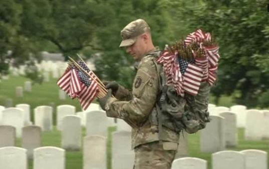 Binh sĩ Mỹ cắm 280,000 là cờ tại Nghĩa Trang Quốc Gia Arlington trước ngày Chiến Sĩ Trận Vong