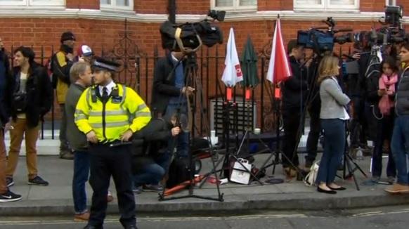 Hy vọng nhà sáng lập Wikileaks rời tòa đại sứ Ecuador, chấm dứt gánh nặng thuế cho người Anh