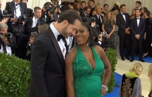 Serena Williams khoe bụng bầu khi chụp hình với hôn phu Alexis Ohanian