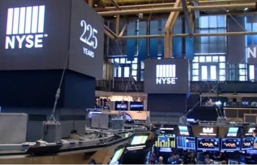 Cổ phiếu và Mỹ kim xuống giá vì các rắc rối ở Washington