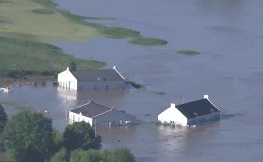 Mưa lớn và lũ lụt nhấn chìm Missouri trong biển nước