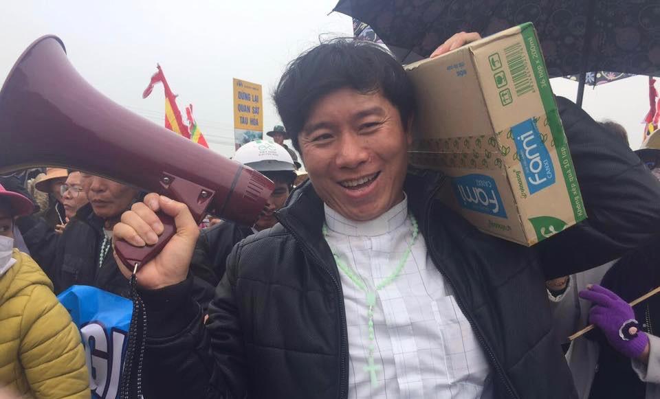 Linh Mục Nguyễn Đình Thục bị hàng trăm người bao vây khi đang dâng lễ